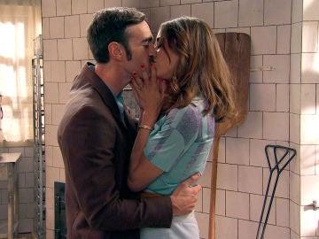 Coral y Raúl, una pareja enamorada y ambiciosa, visitan el obrador que convertirán en una Juguetería Garlo