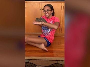 Una adolescente rescata a una familia de ardillas después de que el huracán Ida destruyera su nido
