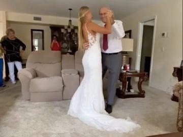 Se desplaza más de 1000 kilómetros para bailar con su abuelo