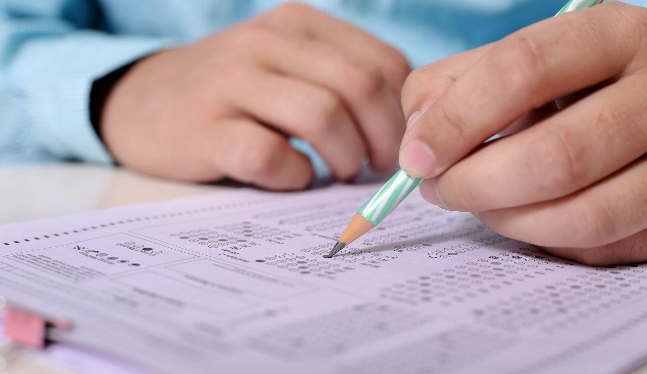 Foto de archivo de un alumno haciendo el examen de conducir