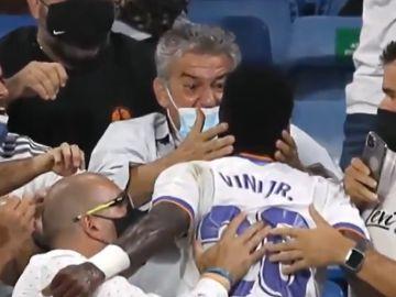 """Agustín Caro, el hombre que abraza a Vinícius tras su gol en el Bernabéu: """"Huele muy bien"""""""