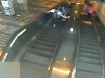 La policía de Nueva York busca a un hombre tras tirar a una mujer por una escalera mecánica