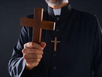 Así eran los exorcismos del ex obispo de Solsona antes de conocerse su relación con una escritora de novela erótica