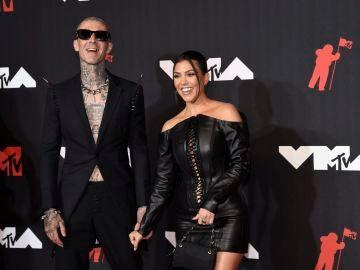 Kourtney Kardashian, con minivestido negro de cuero, junto a su pareja, Travis Barker