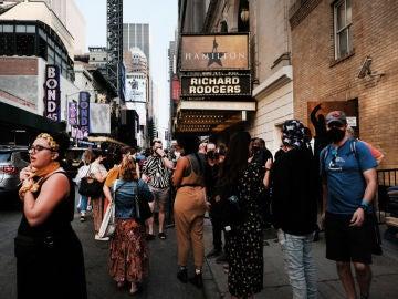 La cola de gente a la entrada del musical 'Hamilton'