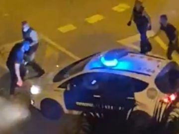 Agentes de Policía utilizan gas pimienta para reducir a un hombre en Girona