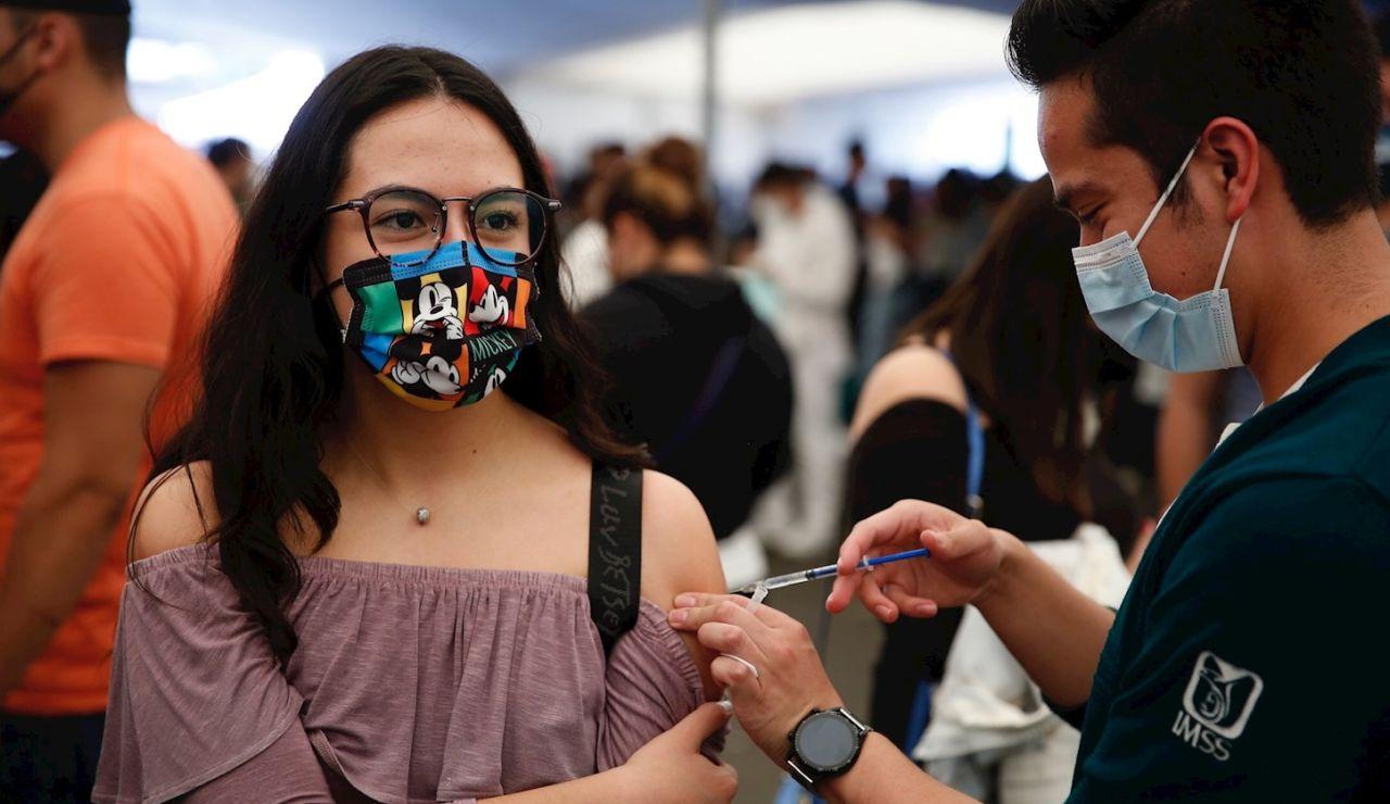 Una joven recibe la vacuna contra el coronavirus