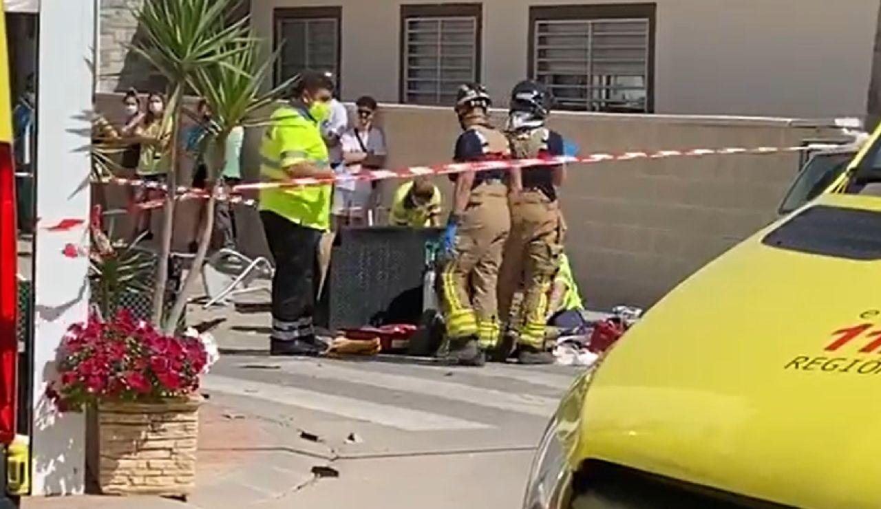 Dos heridos muy graves al estrellarse un coche contra la terraza de un restaurante en Murcia