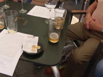 Mesa de un bar con vasos y la cuenta
