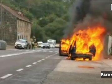 Dos mayores y su nieta escapan ilesos de su coche en llamas en Pontevedra