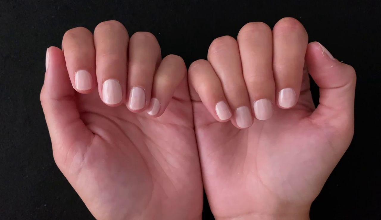 'Milky nails': cómo hacerse la tendencia en manicura que rejuvenece las manos