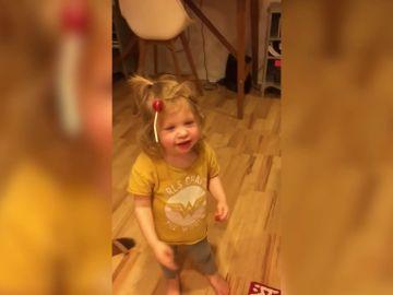 La divertida forma en la que ha amanecido esta niña tras su primera noche de Halloween