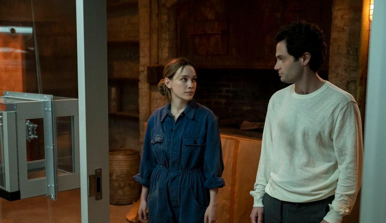 Victoria Pedretti y Penn Badgley en 'You'