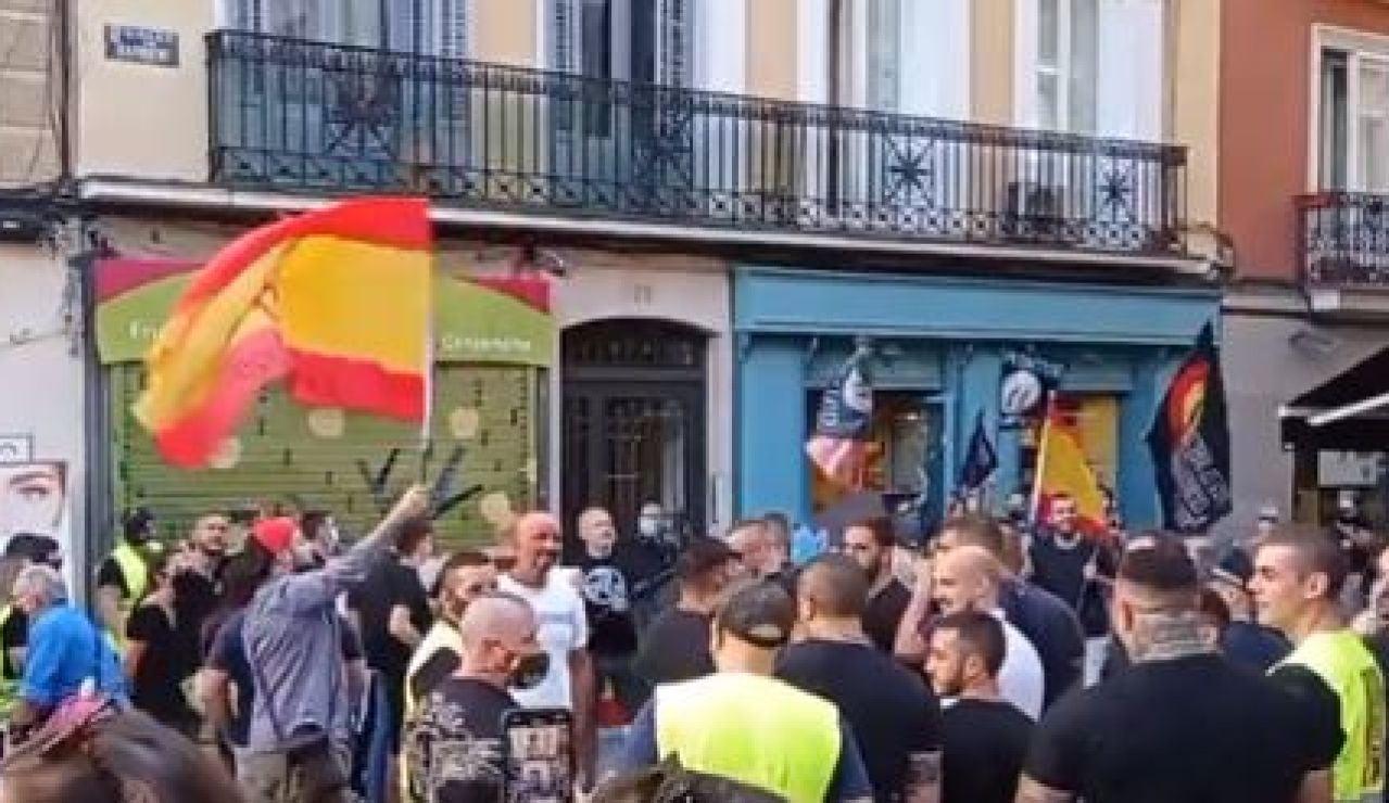 """Grupos de neonazis se manifiestan en Chueca: """"Fuera maricas de nuestros barrios"""""""
