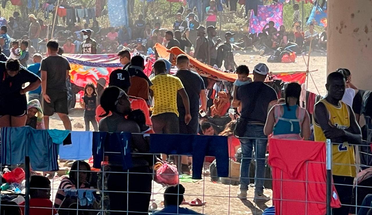 Miles de emigrantes, hacinados en la frontera de Estados Unidos en condiciones dramáticas