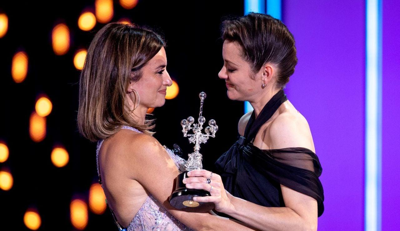 Penélope Cruz entrega el premio Donostia a una Marion Cotillard muy emocionada