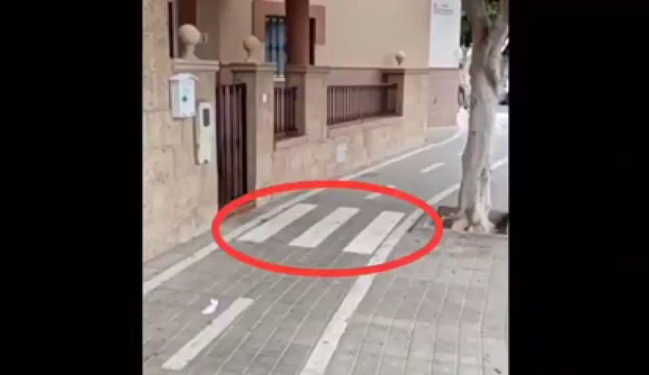 Una mujer de Almería denuncia que han puesto un carril bici delante de su casa y no puede salir