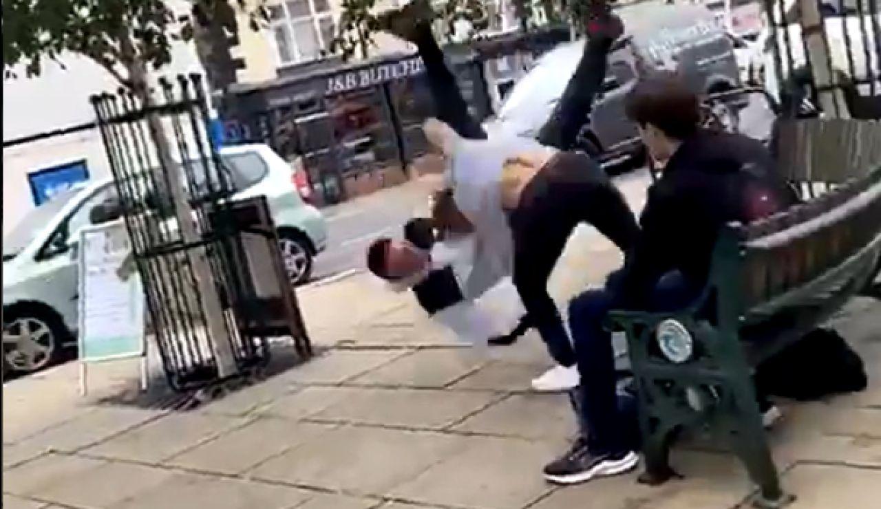 Un hombre recibe una lección tras atacar al campeón del mundo junior de jiu-jitsu en un parque