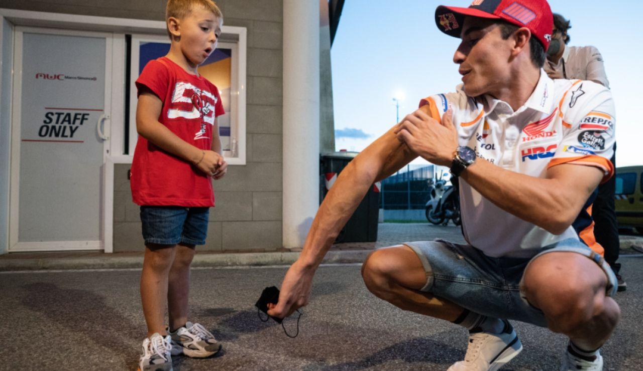 Marc Márquez conoce a un gran seguidor que se llama Valentino y cuya familia es seguidora de Rossi
