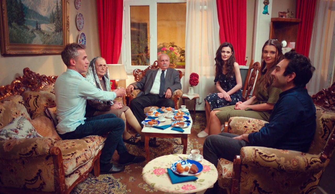 El plan de Demir y Ugur para unir a las dos familias sale a la perfección, y ¡con boda doble!