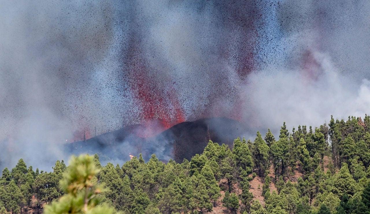 LaSexta Noticias Fin de Semana (19-09-21) Entra en erupción el volcán de la Cumbre Vieja de La Palma tras días de seísmos