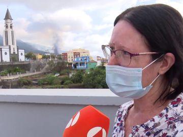Mujer evacuada tras la erupción del volcán en La Palma