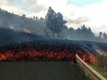 Colada de lava corta una carretera en la Palma