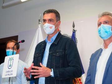 Pedro Sánchez asiste a La Palma por la erupción del volcánmpañado por los presidentes de Canarias, Ángel Víctor Torres (d), y el Cabildo de la isla, Mariano Hernández Zapata