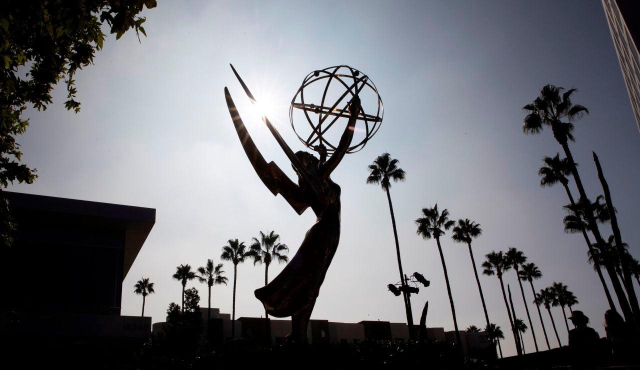 Gran estatuilla de los Emmy, preparada para la transmisión de los Premios, en la Academia de Televisión de Los Ángeles