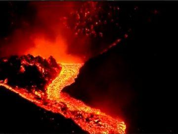 El volcán de La Palma suma 2 nuevas bocas eruptivas que vierten lava y avanzan a 60-80 metros/hora