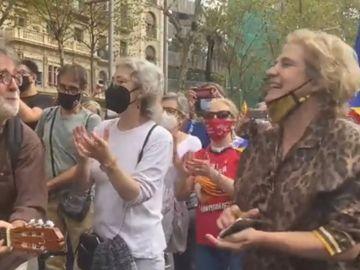 El vídeo viral de Pilar Rahola cantando 'Bella Ciao' en la manifestación contra la detención de Carles Puigdemont
