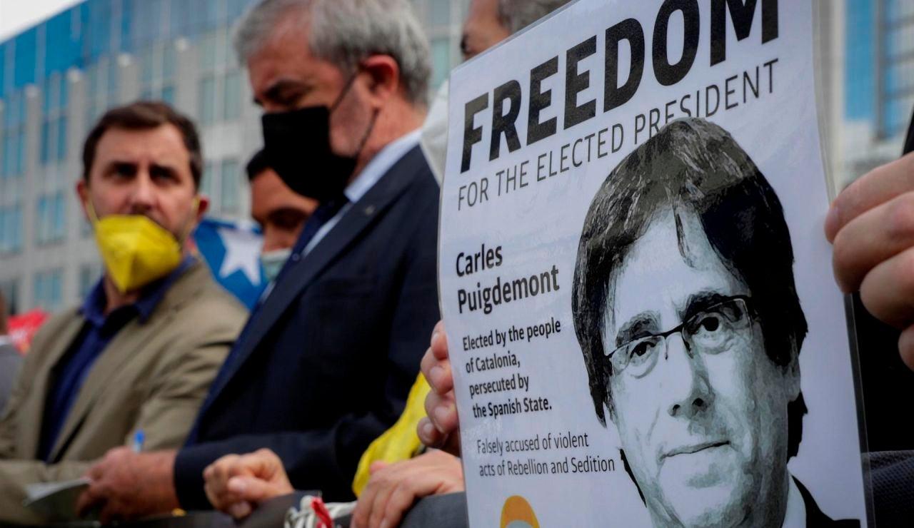 El independentismo catalán celebra la salida  de Puigdemont de la cárcel