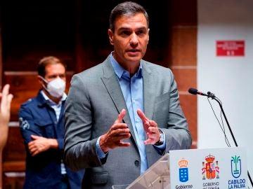 El presidente del Gobierno de España, Pedro Sánchez, durante la rueda de prensa que ofreció este viernes en Santa Cruz de La Palma, con motivo de la crisis volcánica que afecta a la isla canaria