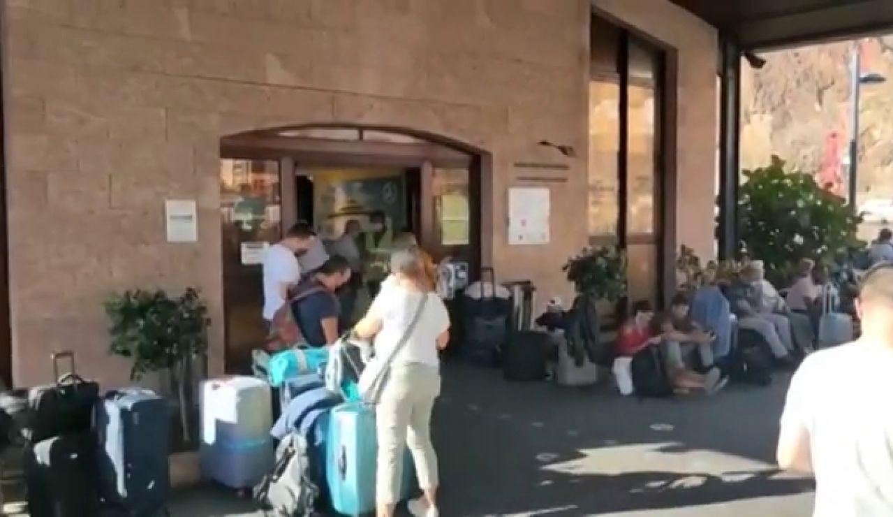 El aeropuerto de La Palma sigue inoperativo por acumulación de cenizas y cientos de personas optan por marcharse en barco
