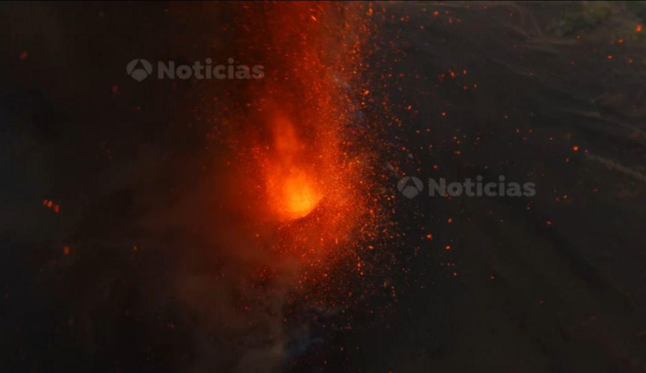 Las únicas imágenes que muestran el cráter en plena erupción de lava del volcán de La Palma, en exclusiva