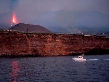 Una embarcación de recreo regresa al atardecer al puerto de Tazacorte ubicado en la costa por donde se prevé llegue la lava del volcán de Cumbre Vieja