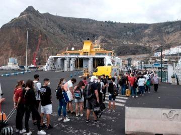 La ceniza del volcán de La Palma, cubre amplias zona de la isla, cómo es el Puerto de Santa Cruz de La Palma, que se encuentra en la vertiente opuesta al mismo. En este además, se siguen formando colas de gente que entra y sale de la isla por barco, única vía por dónde hacerlo en estos momentos