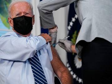 Joe Biden recibe la tercera dosis de la vacuna contra la Covid-19