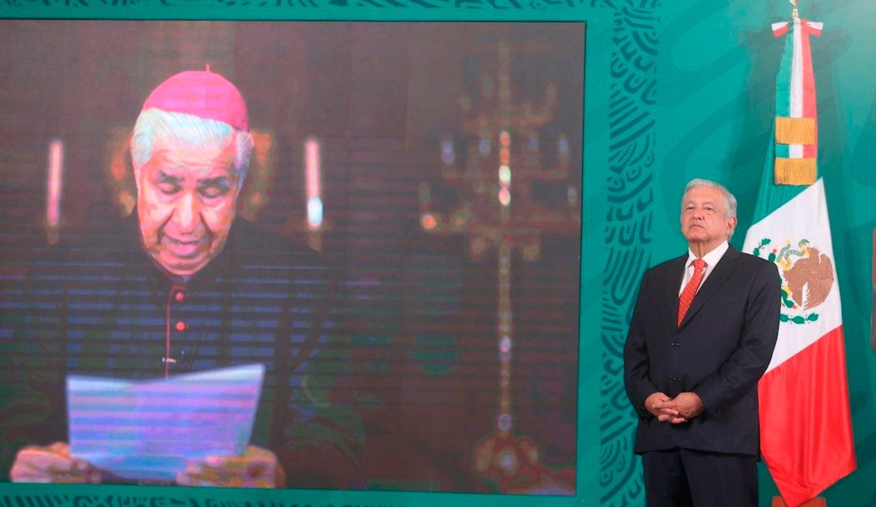 El Presidente de México Andrés Manuel López Obrador (d) escucha una misiva leída por el cardenal Rogelio Cabrera, arzobispo de Monterrey y presidente del Episcopado Mexicano (CEM) (i) por videoconferencia hoy en Palacio Nacional en Ciudad de México (México)