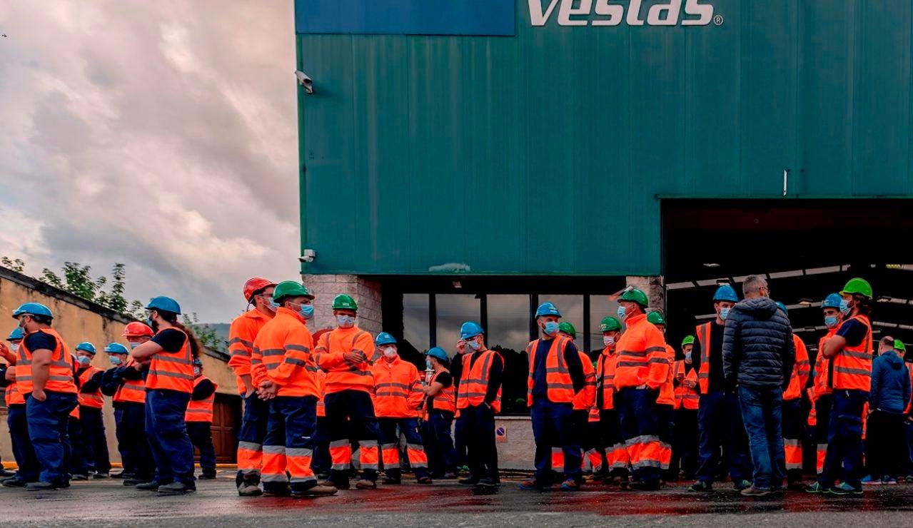 Varios empleados de la factoría de aerogeneradores Vestas se manifiestan este miércoles en Viveiro (Lugo) en el primer día de movilizaciones tras el anuncio por parte de la empresa de un Erte que afectaría a la totalidad de los 115 empleados.