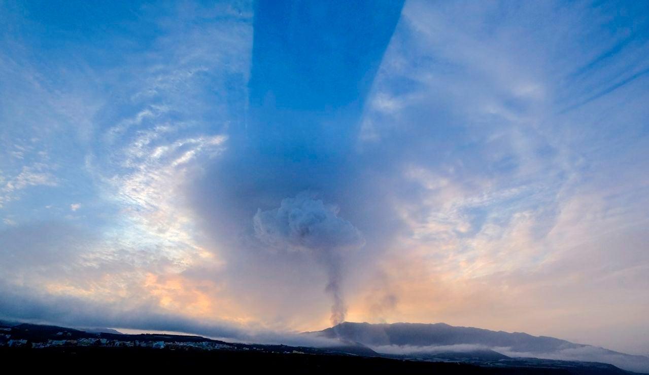 Columnas de humo y cenizas emergen del volcán en una imagen tomada este martes desde la localidad de Tazacorte, en la isla de La Palma