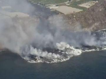La lava del volcán de La Palma cayendo al mar vista desde el aire