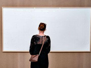Un artista recibe más de 70.000 euros y presenta dos lienzos en blanco