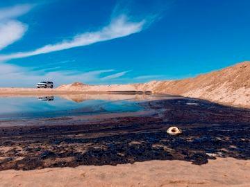 Alquitrán frente a la playa de Huntington Beach, California, tras un derrame de petróleo