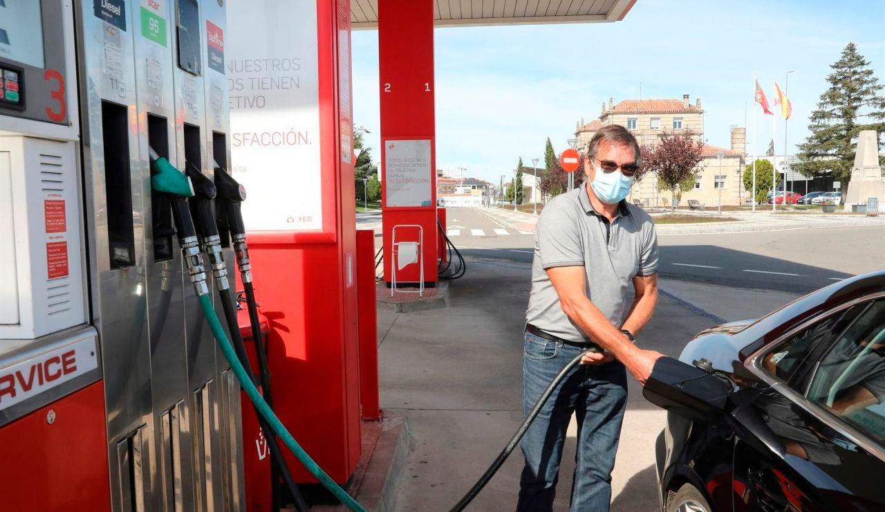 Llenar el depósito del coche no era tan caro desde 2013
