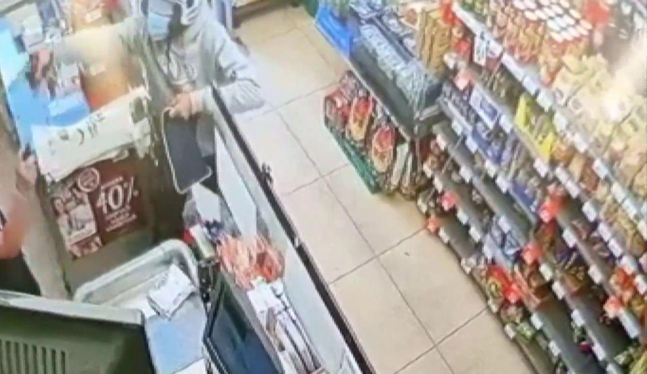 Una cajera hace frente a un ladrón reincidente en su tienda de Granada
