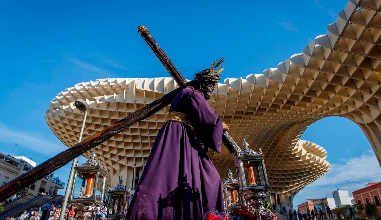 El Gran Poder a su paso por Sevilla.