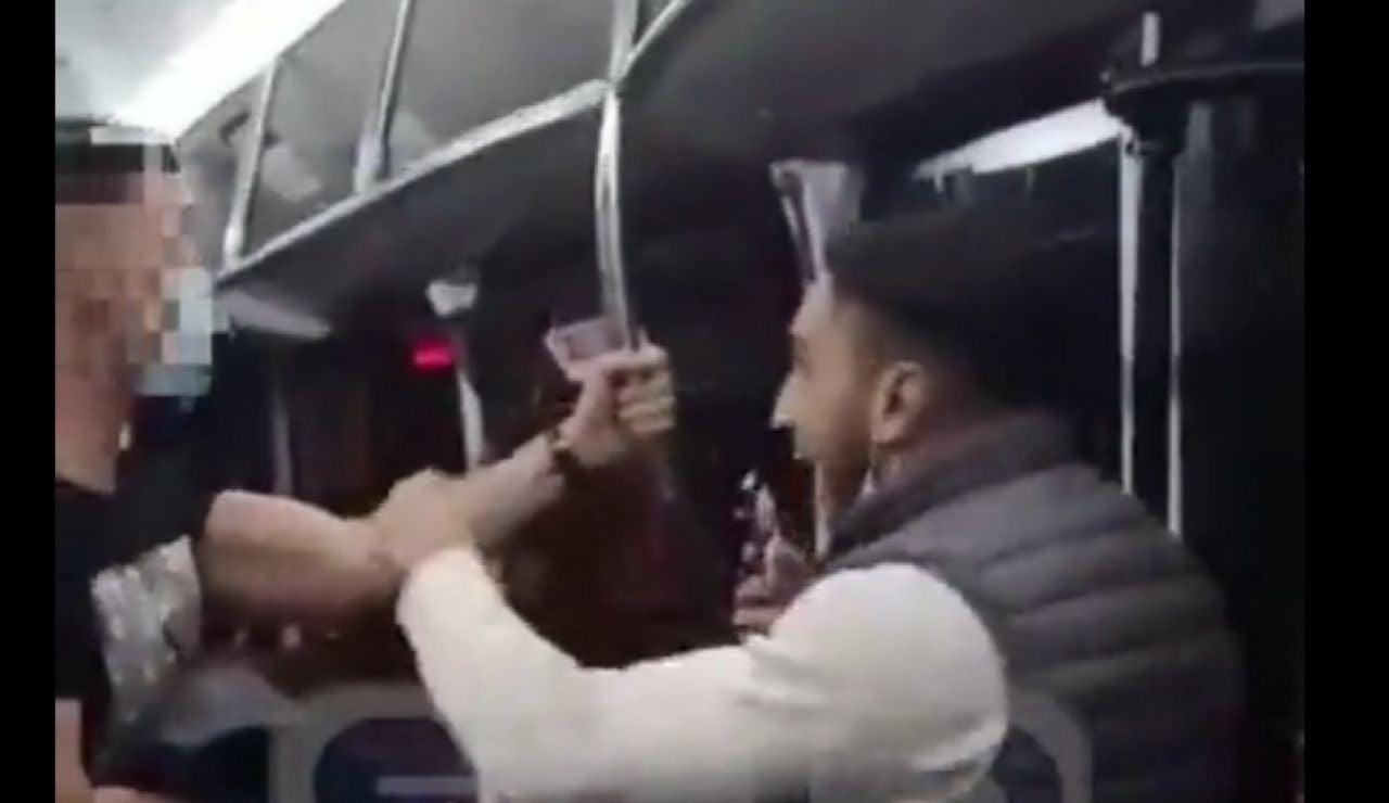 Un hombre le da una paliza a un policía en un autobús de Zaragoza por llamarle la atención al ir sin mascarilla