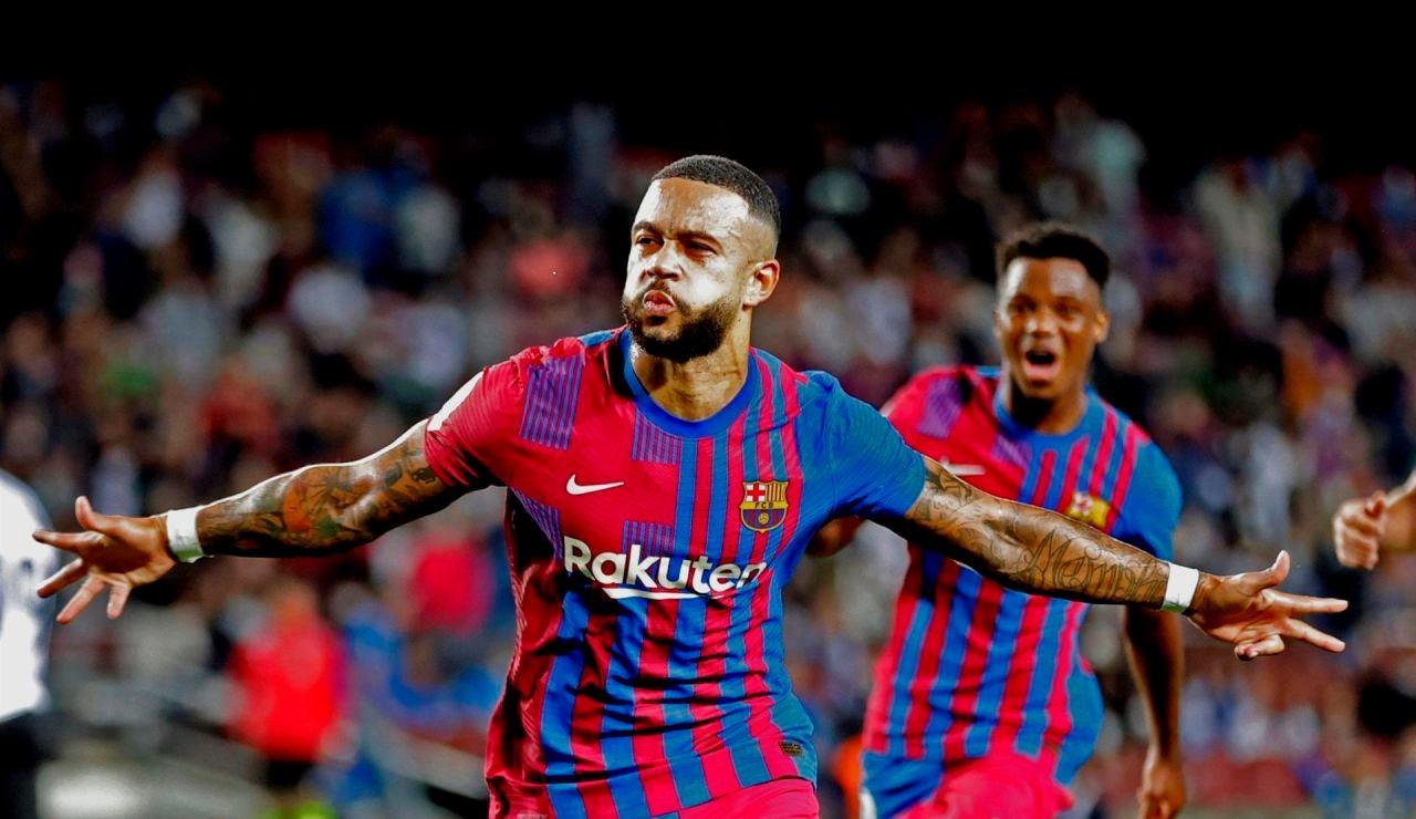 Memphis celebra su gol de penalti al Valencia