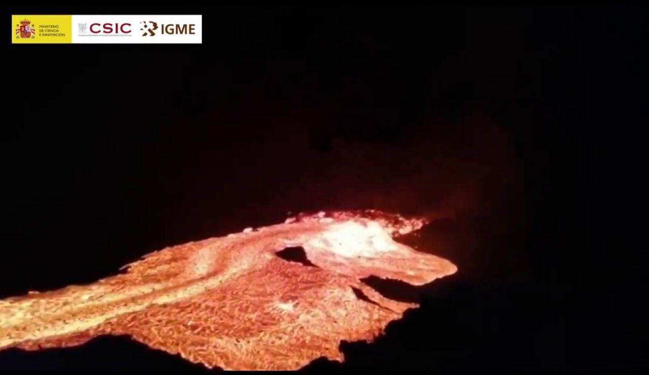 El momento en que se rompe la pared de un canal de lava del volcán de La Palma y la colada se desborda